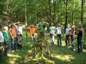 Gruppe Kinder mit Erwachsenem im Wald