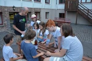 Kinder stellen unter der Anleitung eines Erwachsenen etwas her