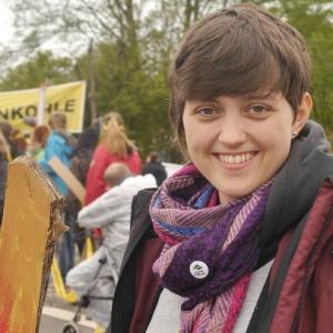 Lächelnde Frau auf Demo (Klimaschutzwerkstatt Minden)